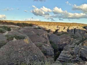 Baixão das Andorinhas, Serra Vermelha, desfiladeiro onde se pode assistir ao espetáculo da volta dessas aves para a caverna. Foto: Josélia Ribeiro