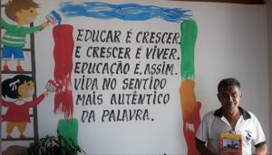 Professor Agnério Evangelista mostra livro que escreveu sobre a história de Condeúba. Foto: Paulo Oliveira