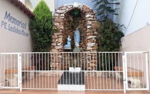 A gruta de Nossa Senhora de Lourdes e a sepultura do padre. Foto: Paulo Oliveira