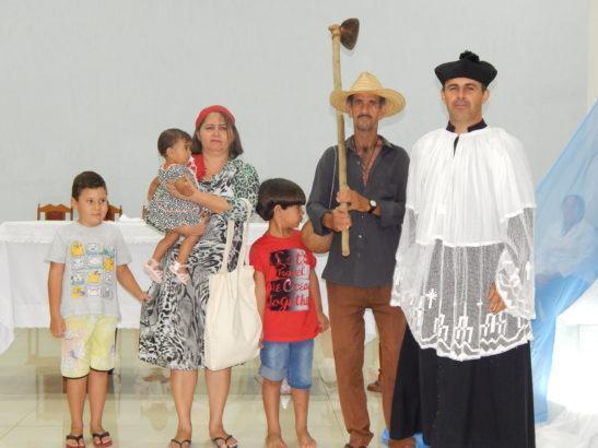 Padre Ladislau ao lado da família de um trabalhador rural. Foto: Diocese de Caetité