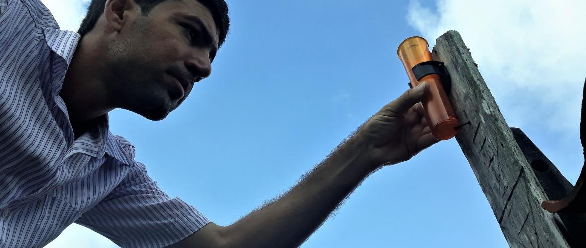 Edcarlos confere o pluviômetro. Foto: Paulo Oliveira