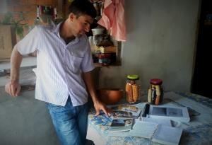Edcarlos Almeida olha para seus cadernos e almanaques. Foto: Paulo Oliveira