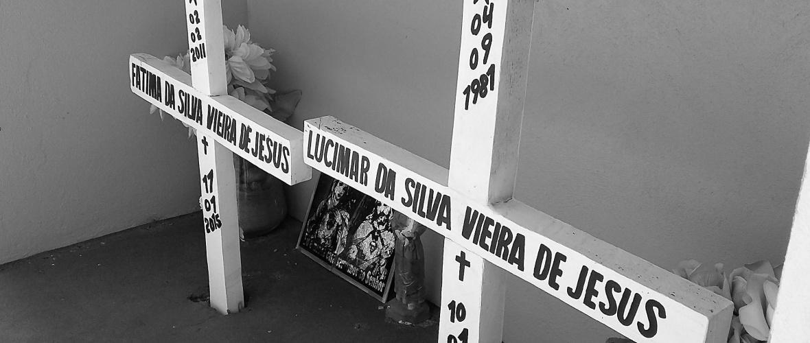 Cruzes com o nome das vítimas fatais do acidente e as datas de nascimento e morte das vítimas. Foto: Paulo Oliveira