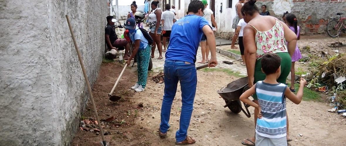 Padre Gil (camisa azul) participou do mutirão. Foto: Cáritas Paroquial