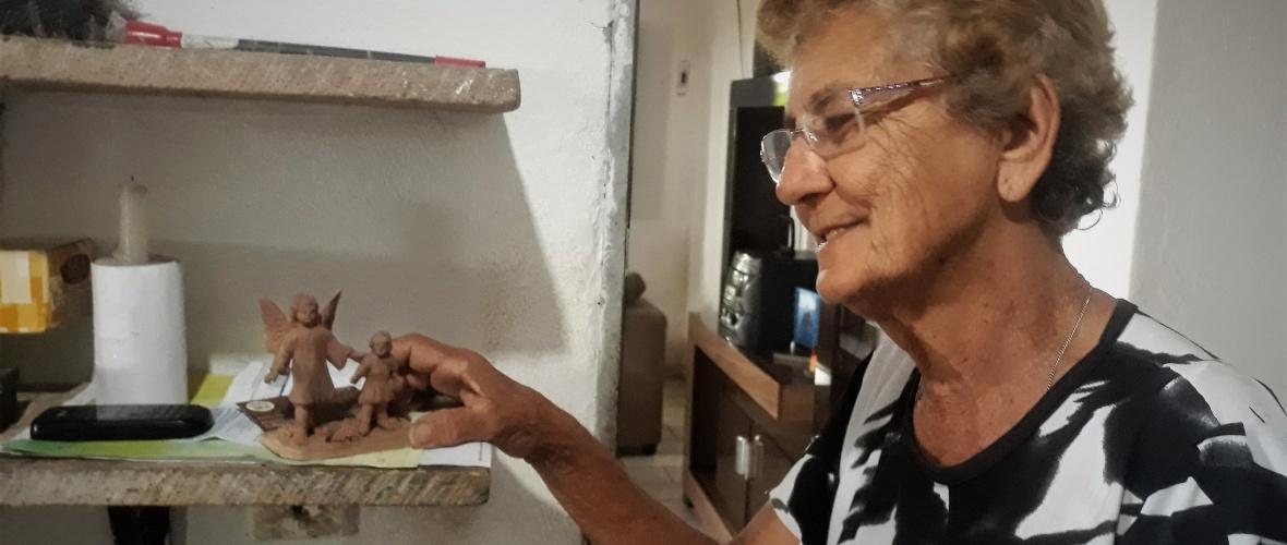 Dodora e um dos anjos que fez em 2010. Foto: Paulo Oliveira