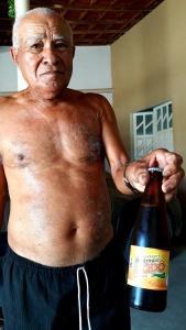 Ivanildo mostra a garrafa do guaraná que produz. Foto: Paulo Oliveira