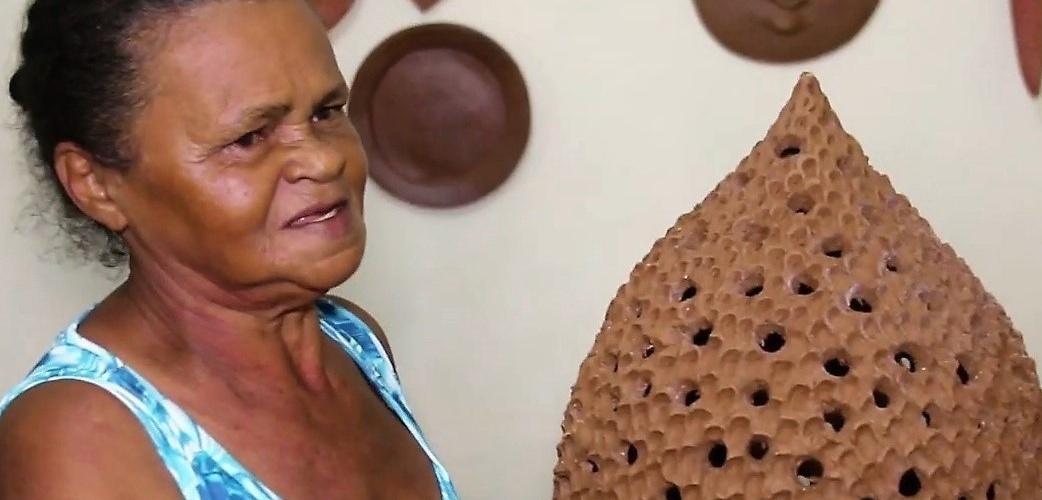 A pinha vazada (luminária) de Luzia dos Tatus. Imagem: Reprodução de vídeo do canal Cultura Popular Brasileira