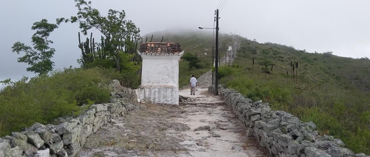 Nas pequenas capelas haviam quadros de passagens da Via Sacra. Hoje, o interior tem cruz de madeira e sujeira. Foto: Paulo Oliveira