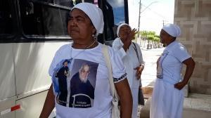Romeira indígena com a camisa com a foto de frei Damião estampada. Foto: Paulo Oliveira