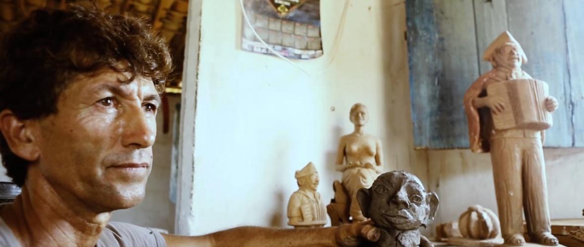 Célio Roberto aprendeu a lidar com o barro na olaria do pai. Foto: Blog Arte Popular do Brasil