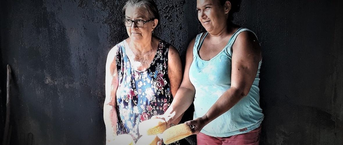 Dona Elza e Bia mostram os queijos prontos no forno de pedra. Foto: Paulo Oliveira