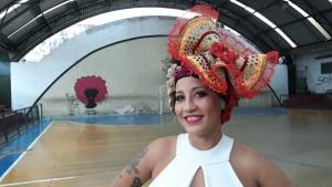Daíne Lima mostra o arranjo para o cabelo das dançarinas. Foto: Paulo Oliveira
