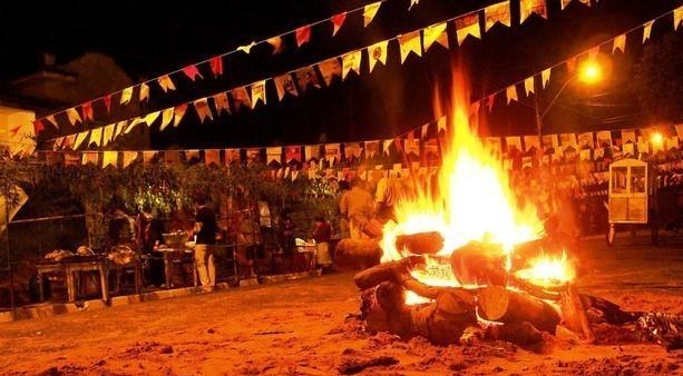 Há batismos nas festas fazendo surgir compadres e comadres de fogueira