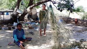 Bosco ao lado do ajudante Marcelo, que conserta as redes. Foto: Paulo Oliveira