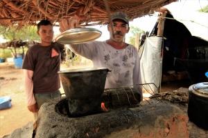 Lucas e Fernando preparam cuscuz no acampamento. Foto: Severino Silva