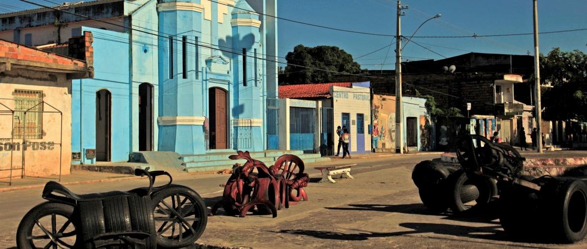 Moto e outros objetos feitos de pneus na praça do distrito de Acupe, em Santo Amaro. Foto: Severino Silva.