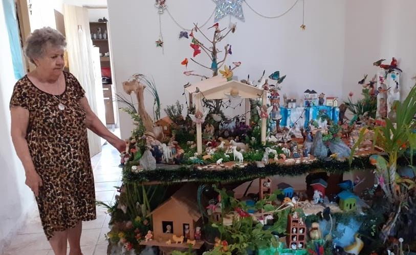 Dona Inês e a lapinha que armou este ano. Foto: Edcarlos Almeida