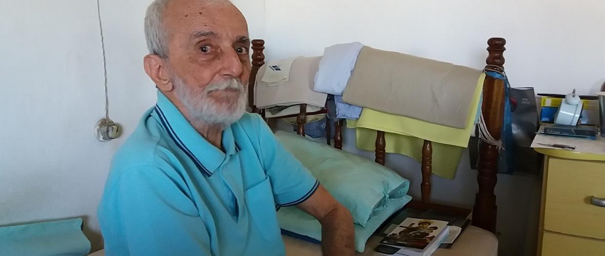 Renato Rebouças, juiz de paz, e o livro sobre a festa de Santo Antônio. Foto: Paulo Oliveira