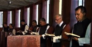 Orações na igreja Nossa Senhora Divina Pastora. Foto: Divulgação