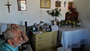 Renato e o altar que mantém na casa do irmão, no distrito de Paraguaçu. Foto: Paulo Oliveira