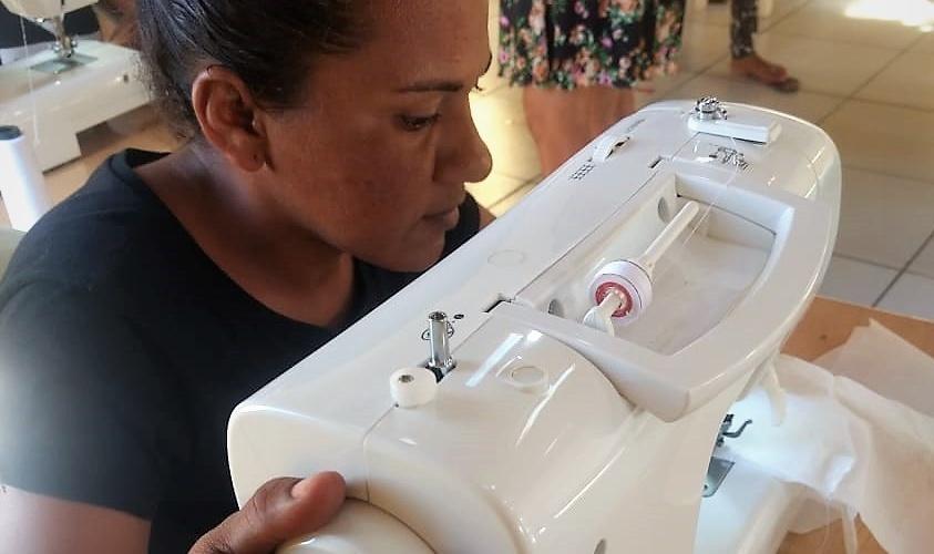 Costureira finaliza uma máscara. Foto: Débora Santos (Forte Severina)