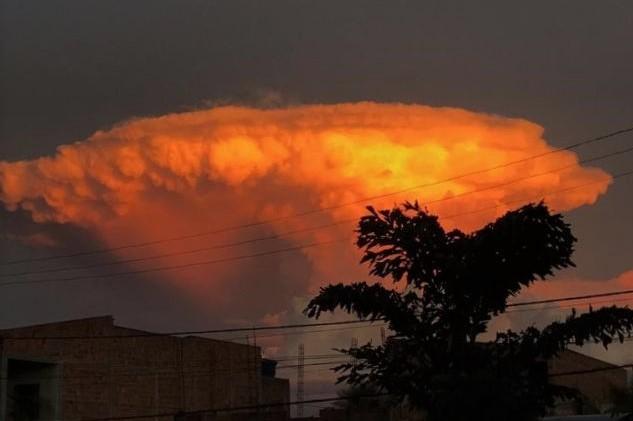 A nuvem alaranjada parecia o cogumelo de uma explosão. Foto cedida por Daniele Cerqueira