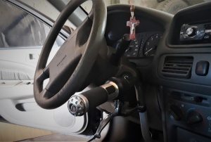 Adaptação feita por Antônio de Roque para poder dirigir carro. Foto: Paulo Oliveira