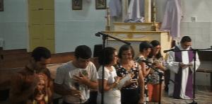 Família Carneiro de Almeida e padre Gildvan durante o Ofício da Paixão. Reprodução