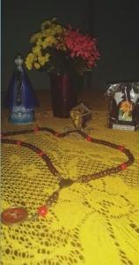 Pequeno altar e rosário de Dona Benta e Juliana. Foto: Juliana Porto