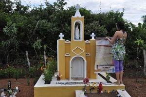 Cruz de Zé Maria de Tomé, ao lado da réplica da igreja de Limoeiro do Norte. Foto: Camila Garcia/Brasil de Fato