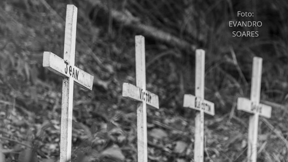 Fileira de cruzes. Foto: Evandro Soares