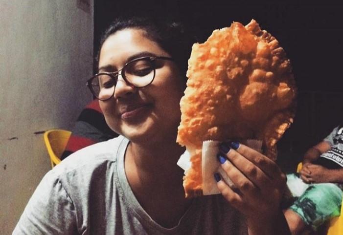 A jornalista e discotecária Ana Paula Marques posa com o pastel gigante