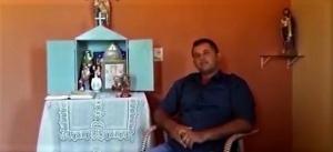 Romário diante do altar de sua casa. Arquivo pessoal