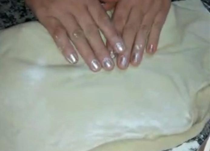 Selma prepara a massa do pastel. Reprodução de vídeo