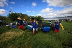 Mulheres da Asssu, Leonídia à frente,levam tanque-rede para manutenção. Foto: Severino Silva
