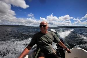 Padre Antonio pilotando barco a motor. Foto: Severino Silva