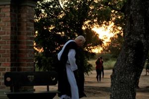 Padre Airton caminha pelo Instituto Servos de Deus. Foto: Severino Silva