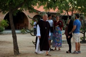 Padre Airton entre participantes do retiro. Foto Severino Silva