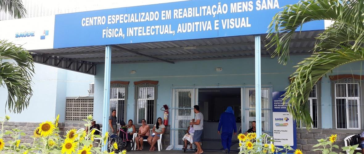 Acompanhantes e pacientes aguardam as consultas e sessões de reabilitação. Foto: Paulo Oliveira