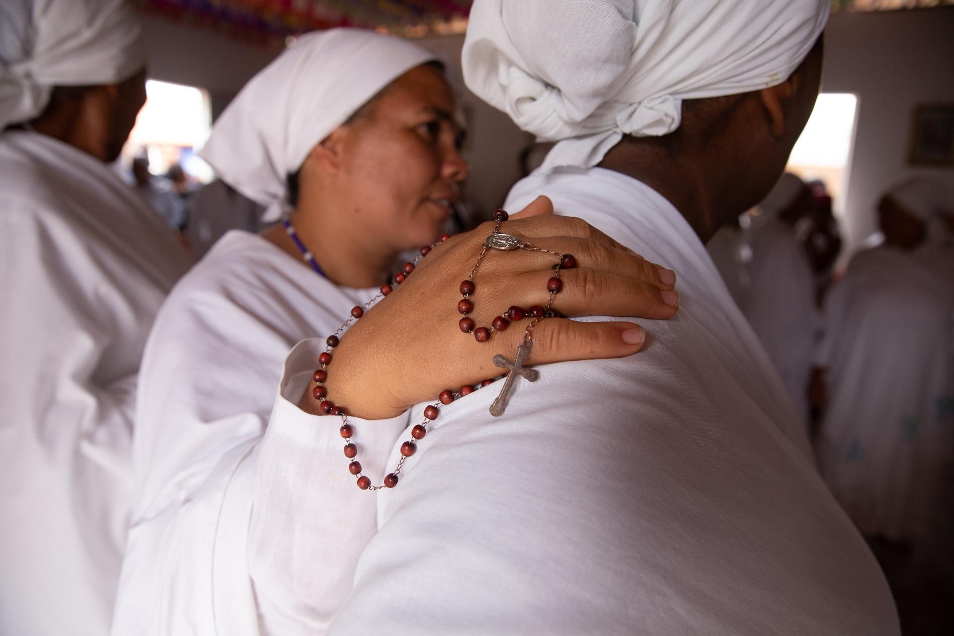 As mulheres que dançam para São Gonçalo não podem usar batom, nem brincos. Também não pode estar brigada com nenhum componente do grup. Foto: Sara Nacif