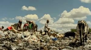 """O antigo lixão. Frame do vídeo """"A rua do lixo"""", da Fundação Terra."""