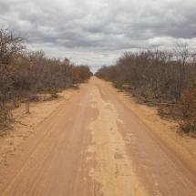 20170823_estrada pública dentro do território onde pretende se implantar o projeto Baixio de Irecê_Itaguaçu da Bahia_Bahia_TBauer (1 de 2)