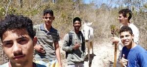 Alunos da turma 3C do Colégio Estadual Rui Barbosa desbravam o povoado Machado. Foto: Arquivo pessoal