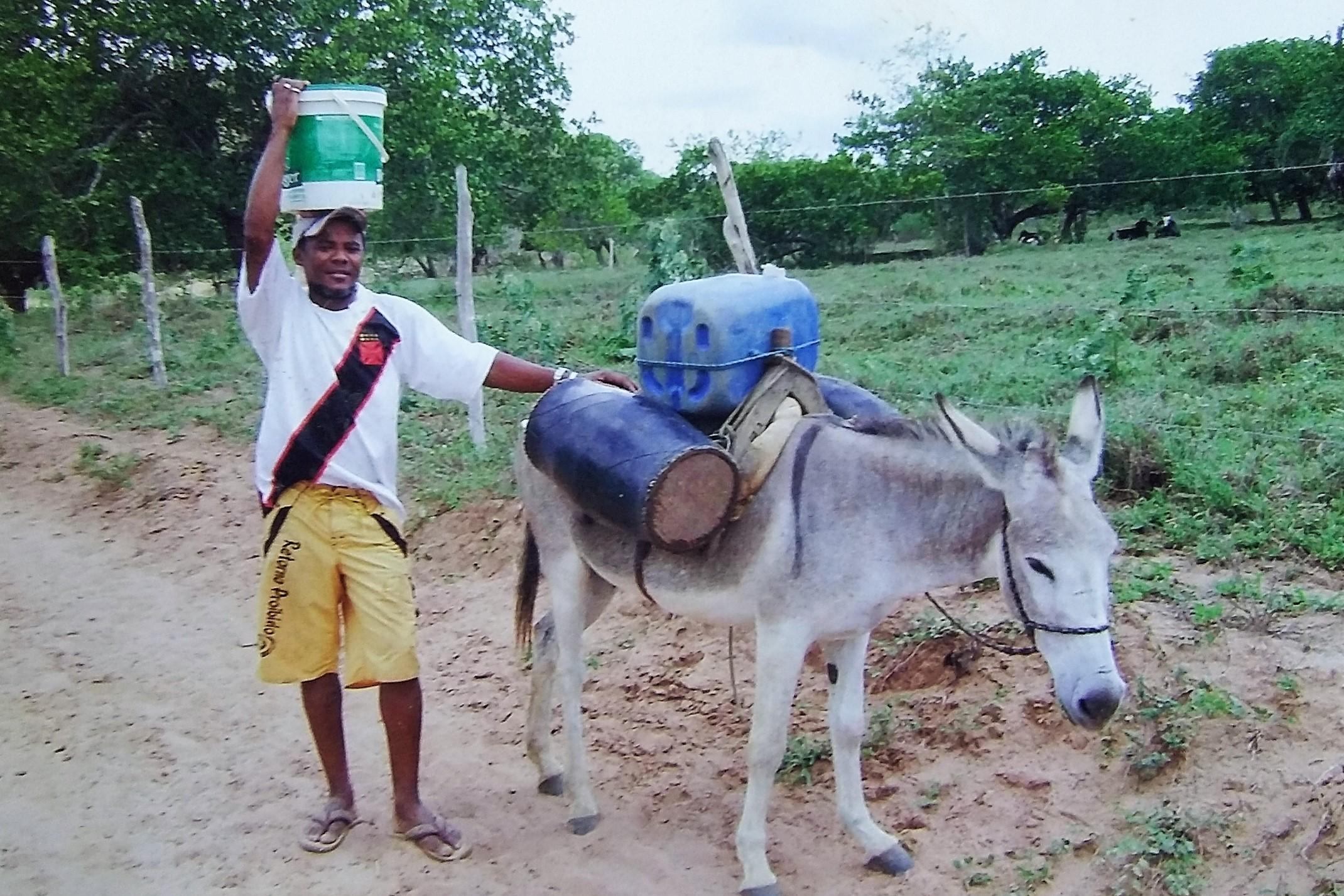 Antes das cisternas, moradores tinham que andar léguas para buscar água. Reprodução