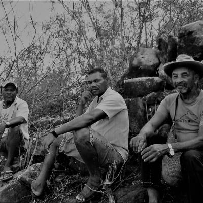 Moradores descansam em muro que teria sido construído por escravos. Reprodução