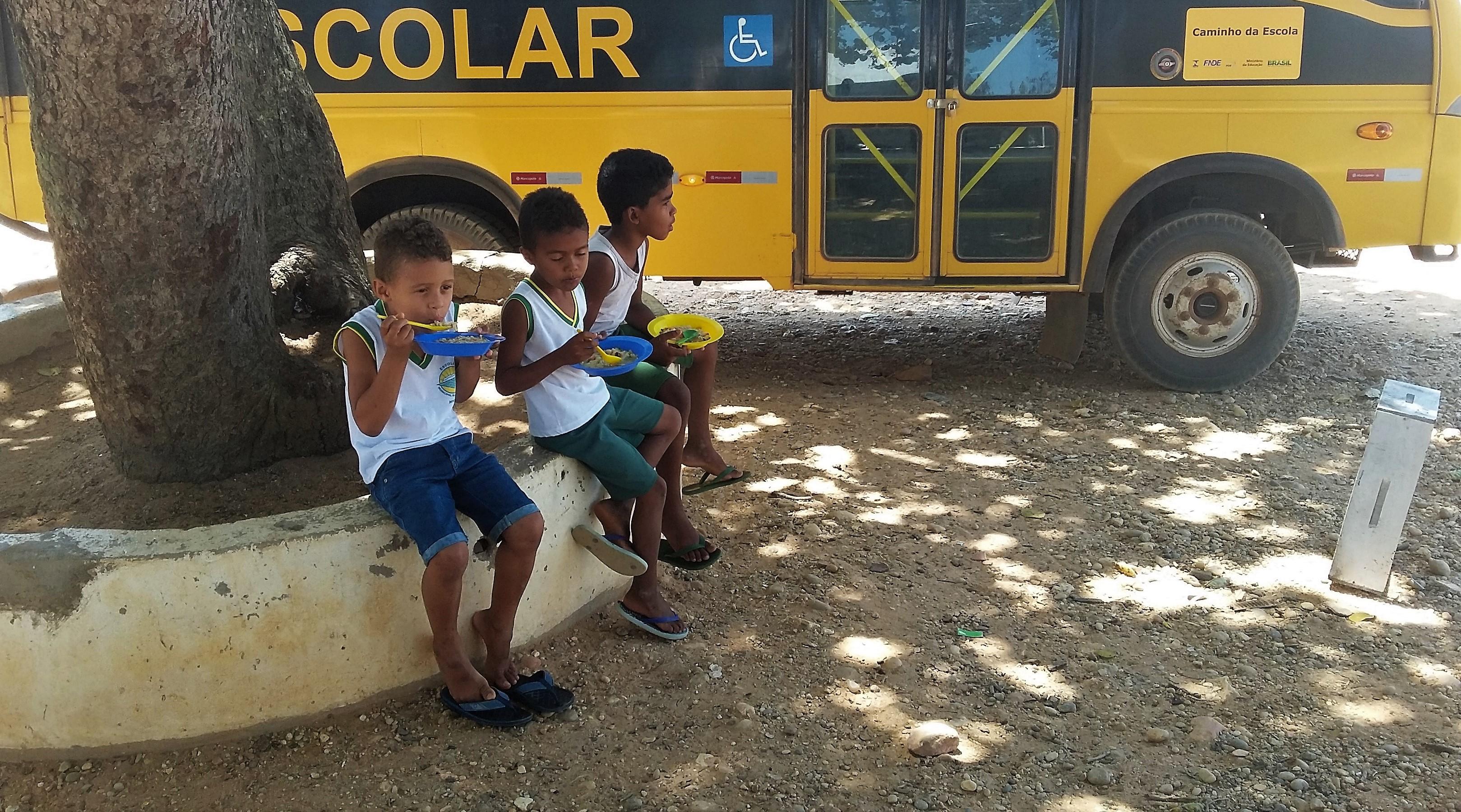 Os alunos merendavam fora da escola por não suportar o calor que fazia dentro dela. Foto: Paulo Oliveira