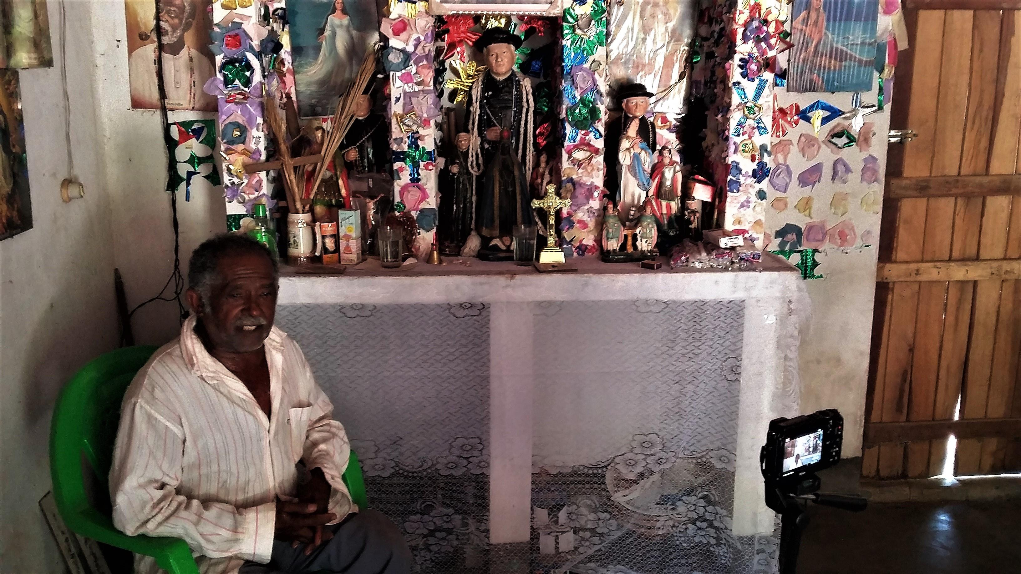 Seu Abílio, pai de santo dos cultos de Xangô. Interessante que Padre Cicero está presente no altar do terreiro. Foto: Paulo Oliveira