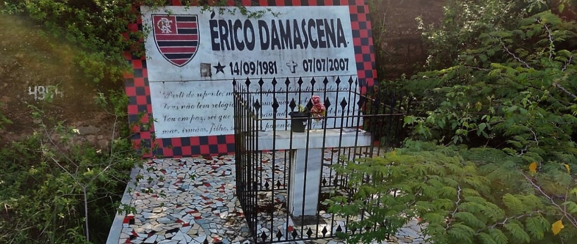 Memorial feito para o jovem Érico Damascena, que morreu em acidente na BR-110.  Foto: Flávio Passos.