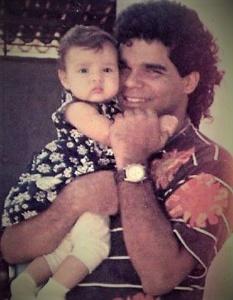 Ana no colo do pai Nagib. Anos 90. Reprodução