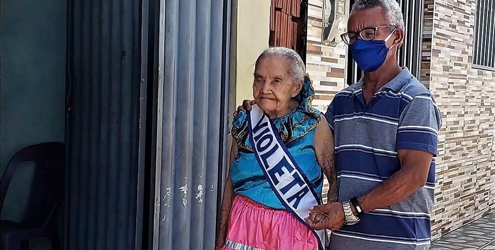 Dona Francisca, 111 anos, a decana das rezadeiras potiguares. Reprodução do vídeo do canal Cultura Popular Brasileira.